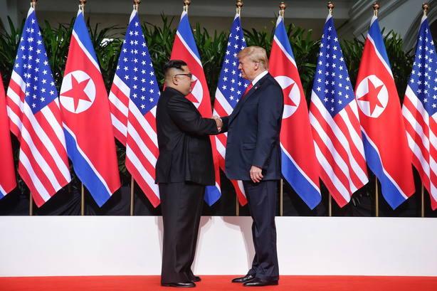 La cumbre entre Trump y Kim comienza con un apretón de manos