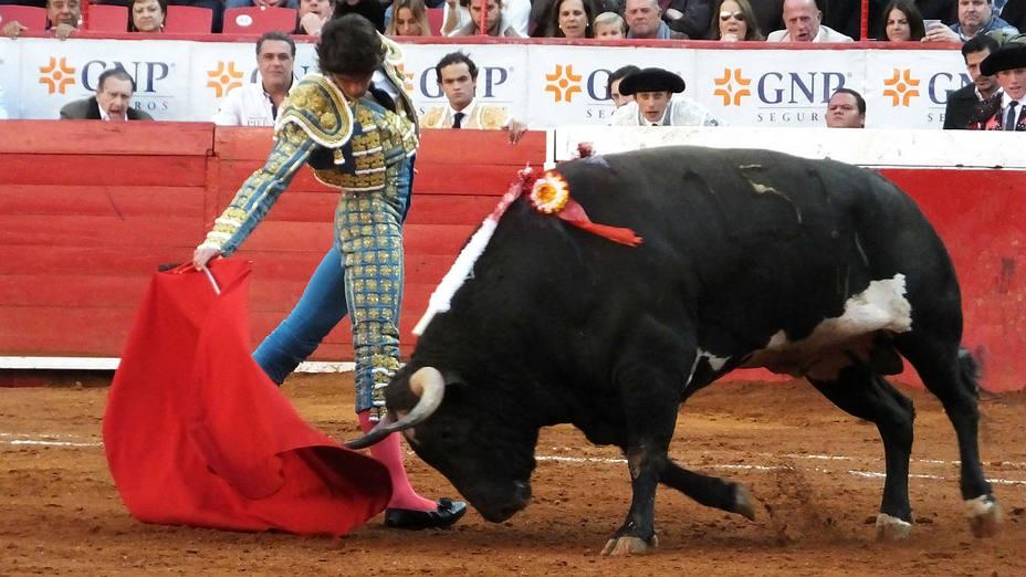 Derechazo de Sebastián Castella durante su actuación este domingo en La México