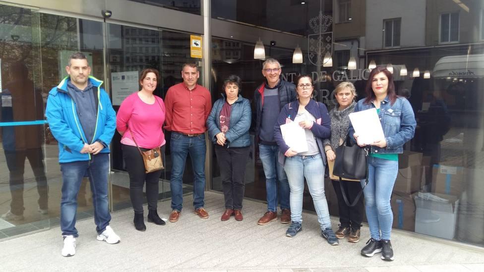 Regidores y vecinos antes de entregar las firmas en el edificio adminstrativo de la Xunta en Ferrol