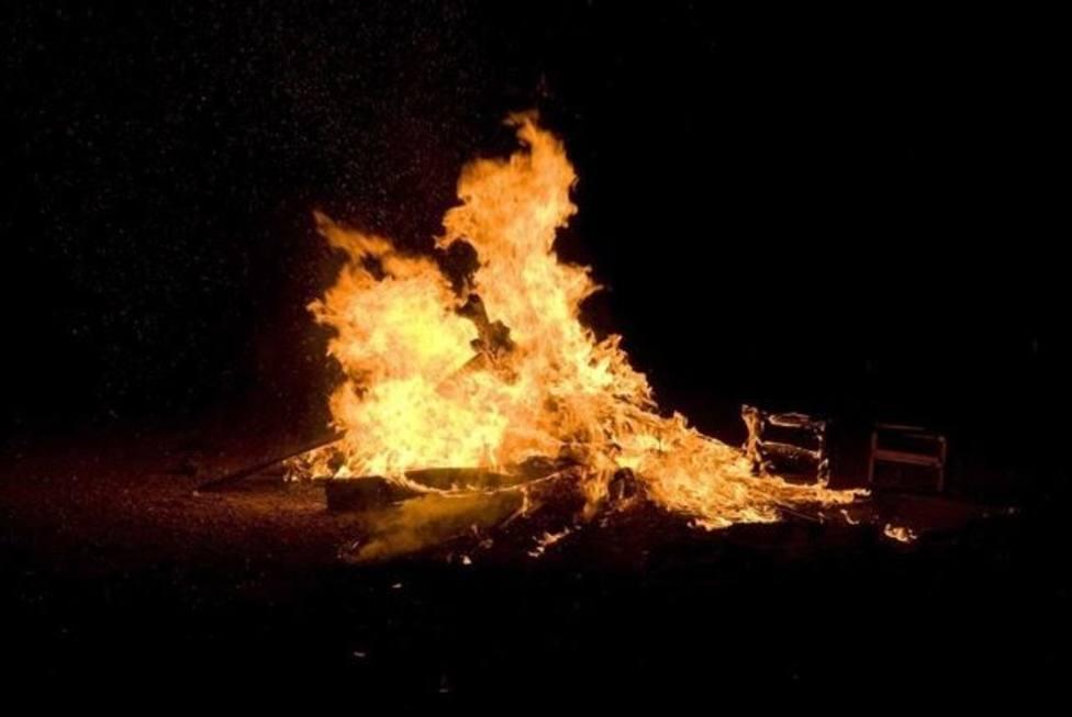 Foto de archivo de una hoguera de San Juan