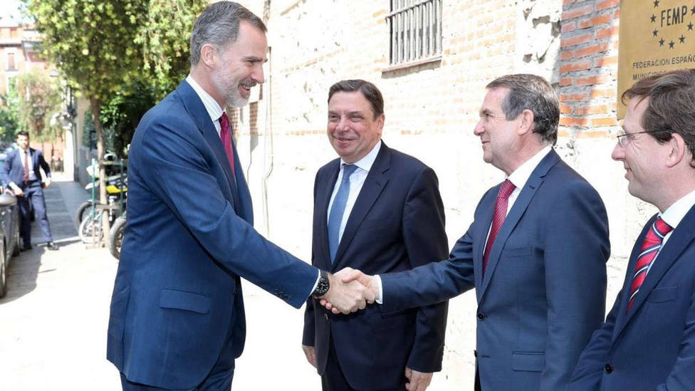 El Rey Felipe VI (1i), saluda al presidente de la FEMP y alcalde de Vigo, Abel Caballero (3i), junto al ministro de Agricultura, Pesca y Alimentación en funciones, Luis Planas (2i) y el alcalde de Madrid, José Luis Martinez- Almeida (4i), a su lleg