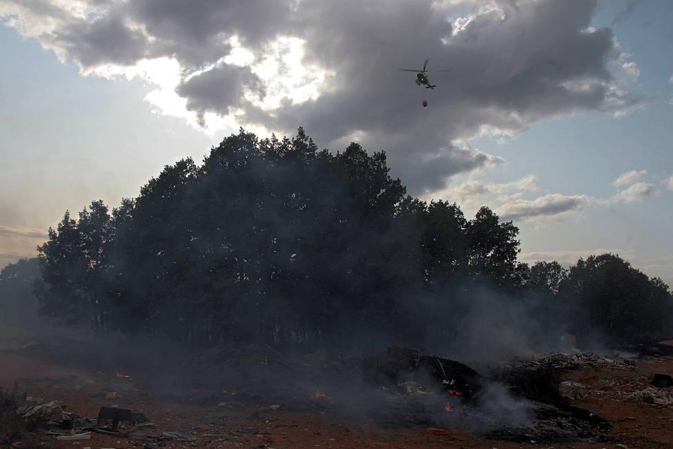 Un incendio obliga a cortar la carretera nacional N-630 en Sariegos (León)