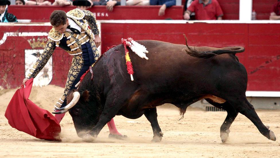 Derechazo de Ginés Marín al segundo toro de Alcurrucén, al que cortó una oreja