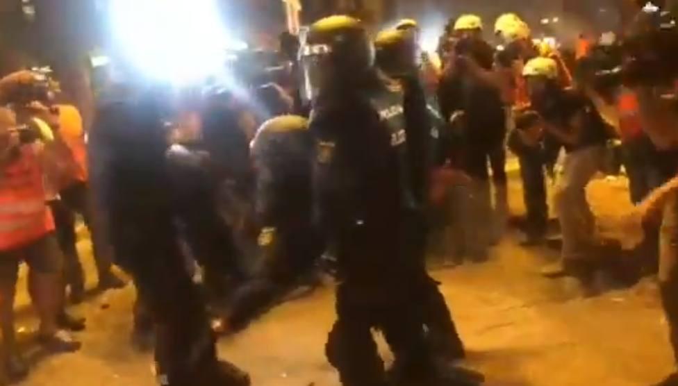El dramático momento en el que un policía es retirado inconsciente por un impacto en la cabeza