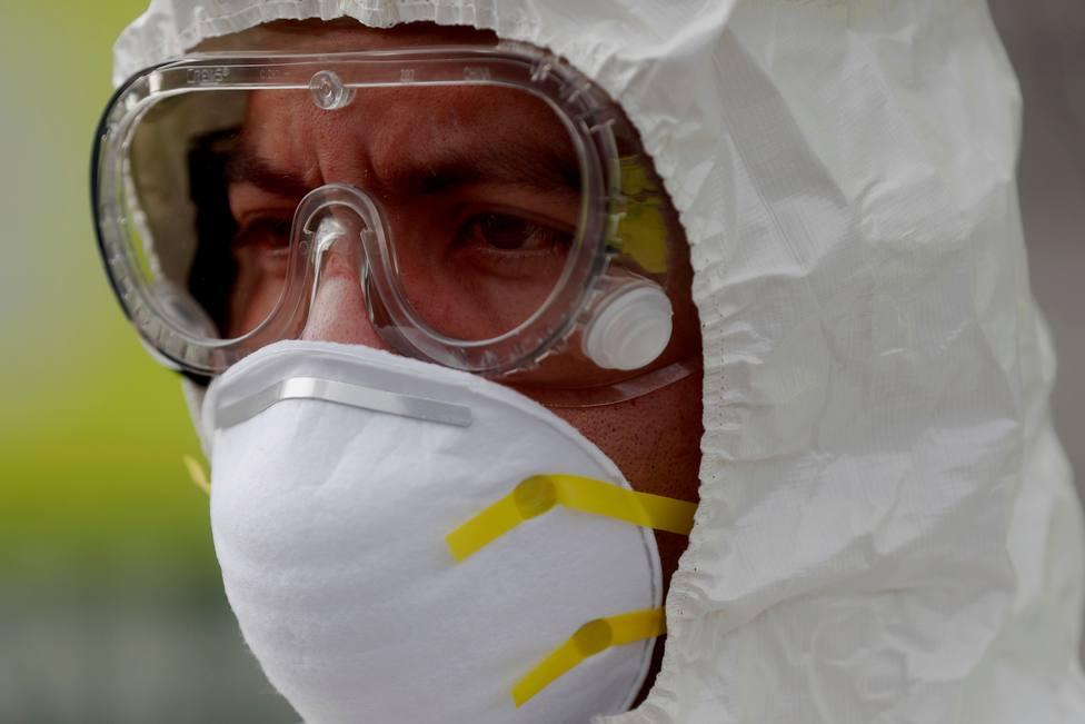 Un hombre con los equipos de protección contra el coronavirus - FOTO: Efe / Esteban Biba