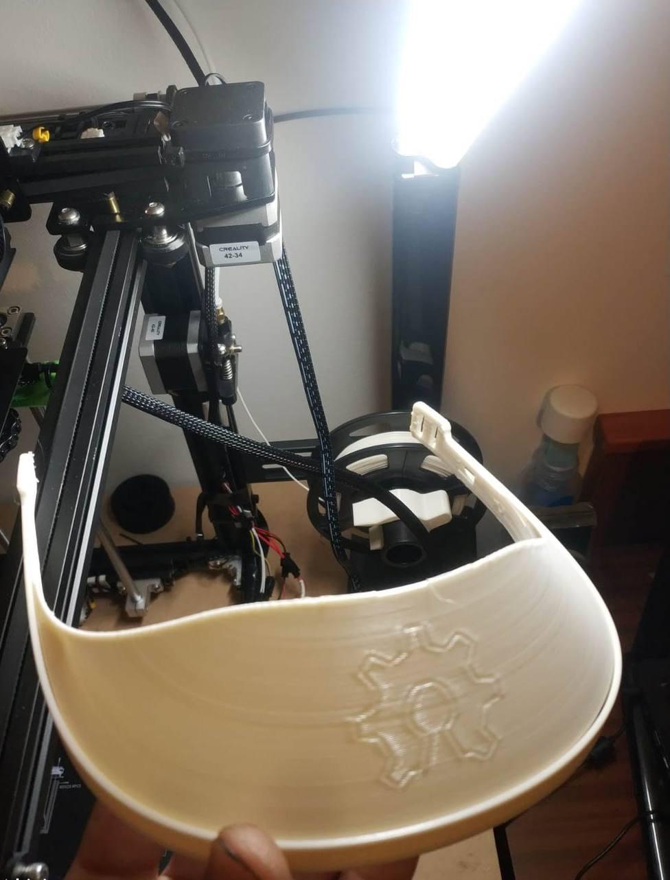 Un soberino usa impresoras 3D de piezas para drones para fabricar mascarillas que entrega gratis
