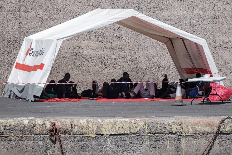 Setenta y un inmigrantes pasan 48 horas en el puerto donde desembarcaron a la espera de PCR y recursos de acogida