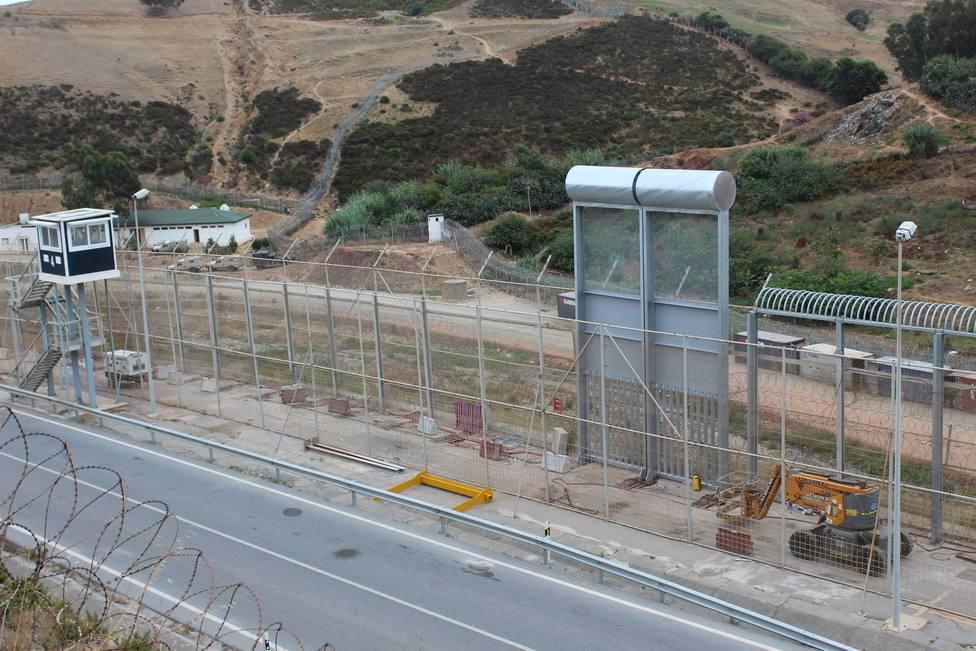 Colocan la primera muestra de la nueva valla fronteriza menos lesiva de diez metros de altura de Ceuta