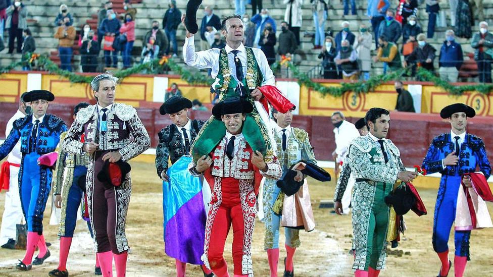 Antonio Ferrera, a hombros en la plaza de toros de Badajoz tras triunfar en su encerrona