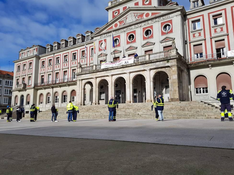 Colocación de una pancarta reclamando carga de trabajo en el Ayuntamiento de Ferrol