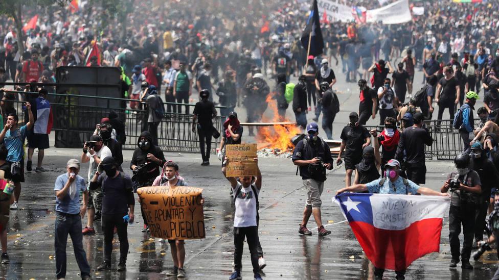 Enfrentamientos entre manifestantes y Policía en una protesta antigubernamental en la capital de Chile