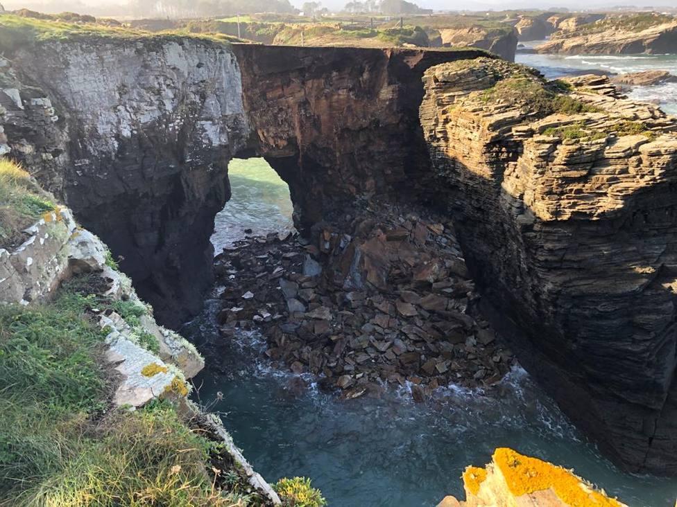 Un nuevo desprendimiento de rocas desde uno de sus arcos afecta a la playa de As Catedrais