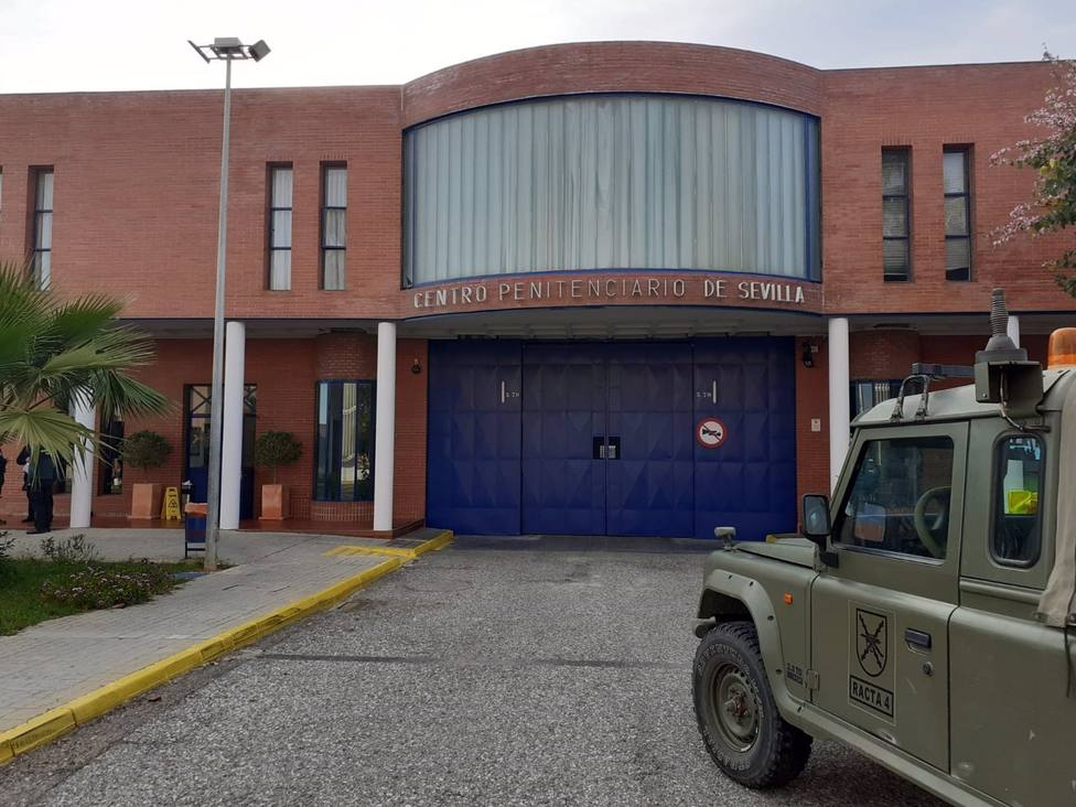 El Ejército interviene en la cárcel Sevilla I cerrada a cal y canto por un brote de Covid