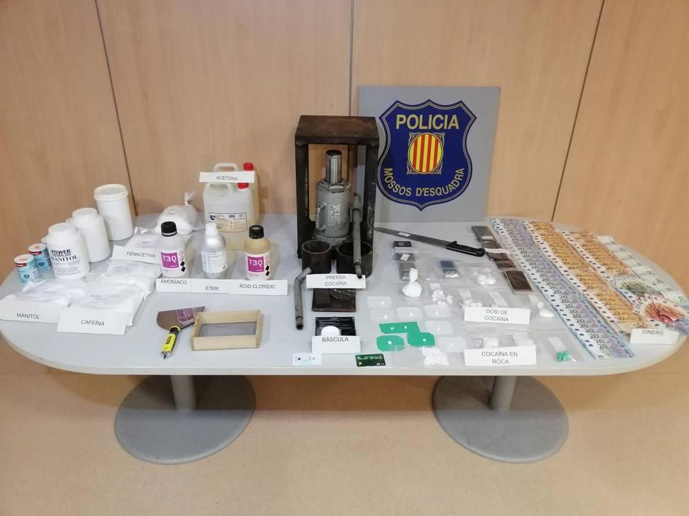 Material incautado durante el registro en el punto de venta de cocaína en Viladecans - MOSSOS DESQUADRA