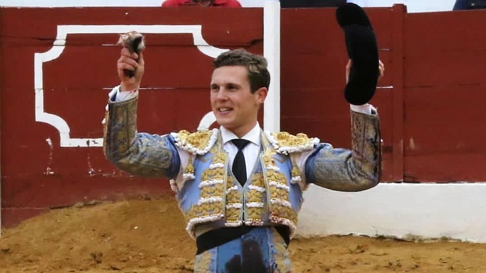 Adrien Salenc con una de las dos orejas cortadas este jueves en Zafra (Badajoz)