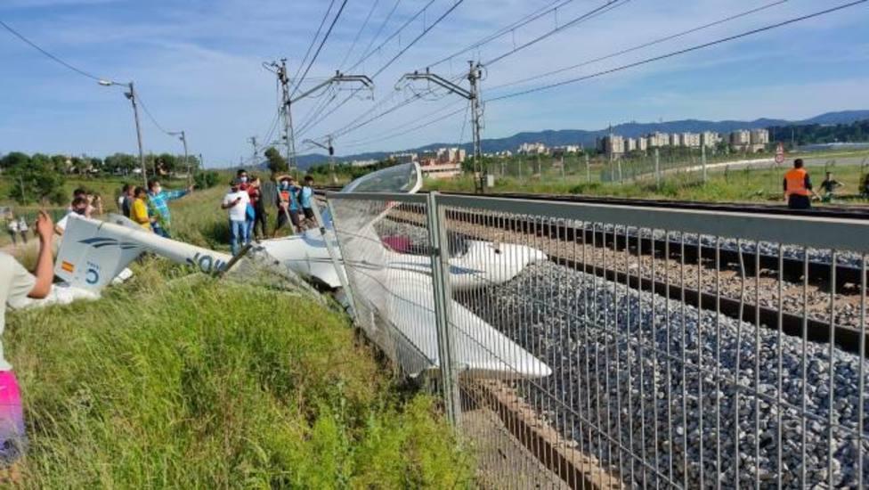 Una piloto herida tras caer su avioneta sobre las vías del tren en Sabadell