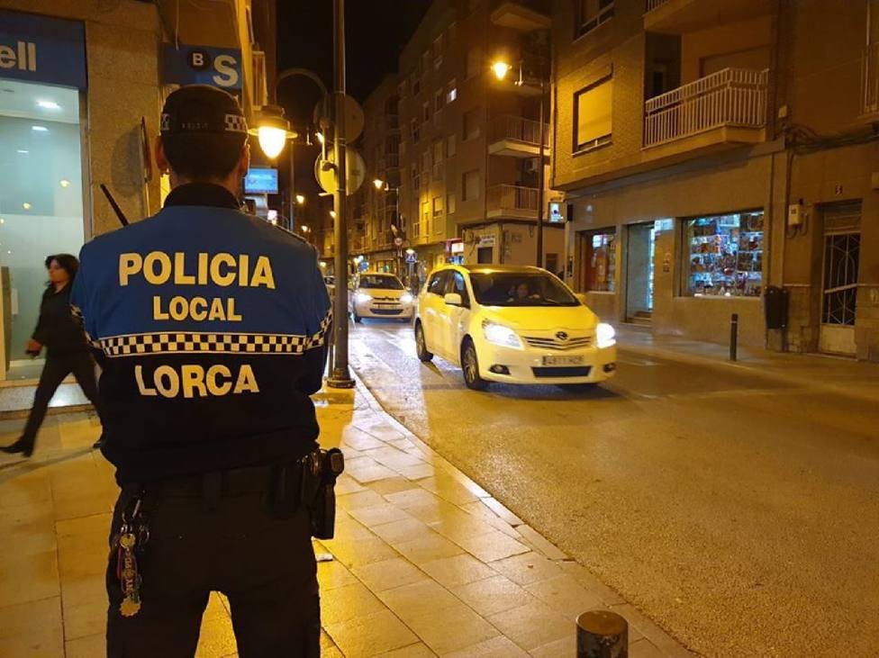 Arrestado un hombre en busca y captura al que siguió la policía por llevar música alta