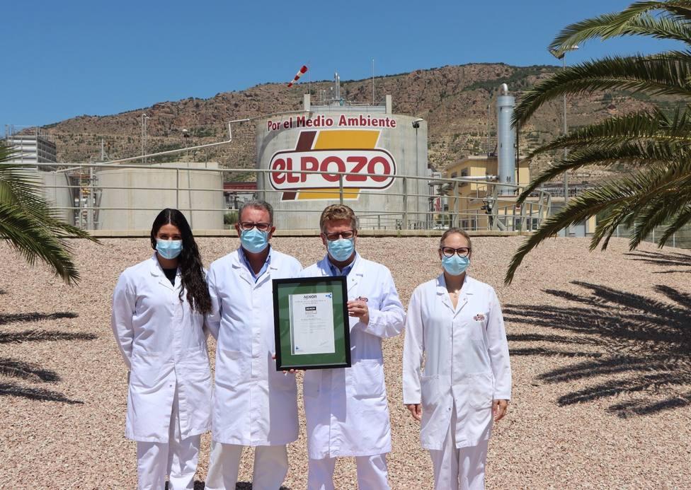 Personal de El Pozo Alimentación muestra la certificación Residuo Cero de AENOR
