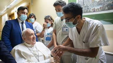 """El Papa envía una carta a la gran familia del Hospital Gemelli: """"Gracias, me han hecho sentir en casa"""""""