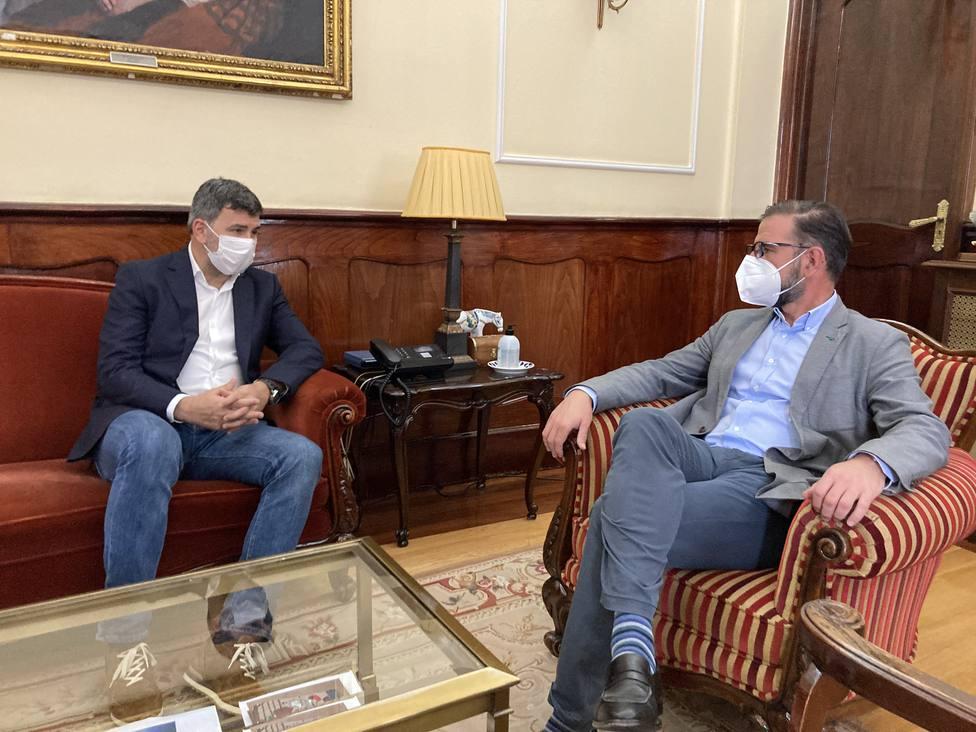 El eurodiputado Nicolás González Casares se reunión con Ángel Mato. FOTO: Concello de Ferrol