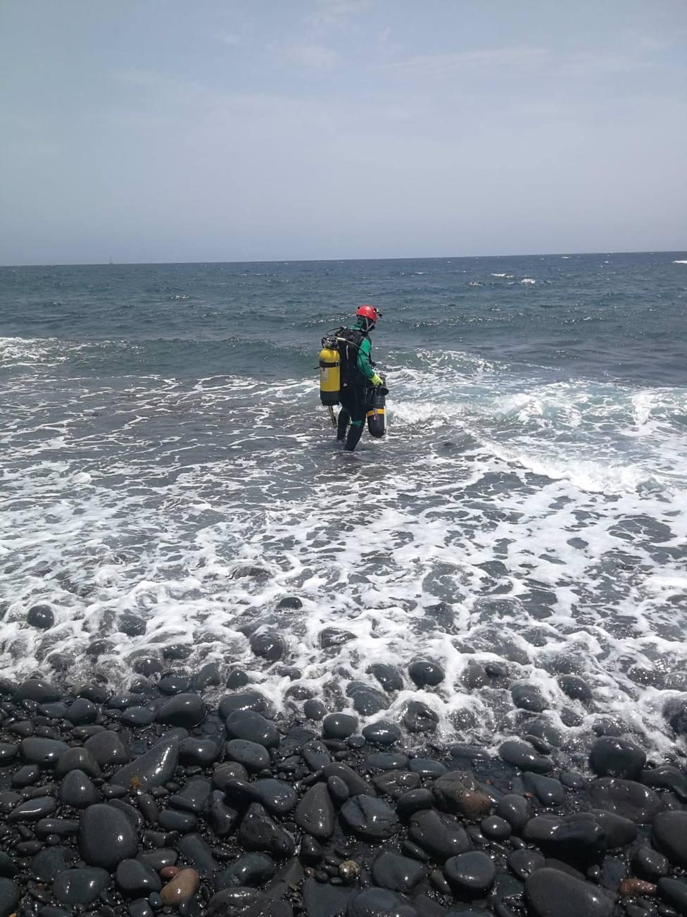 Un agente del GEAS en la zona de Salinas del Carmen, en Antigua (Fuerteventura)