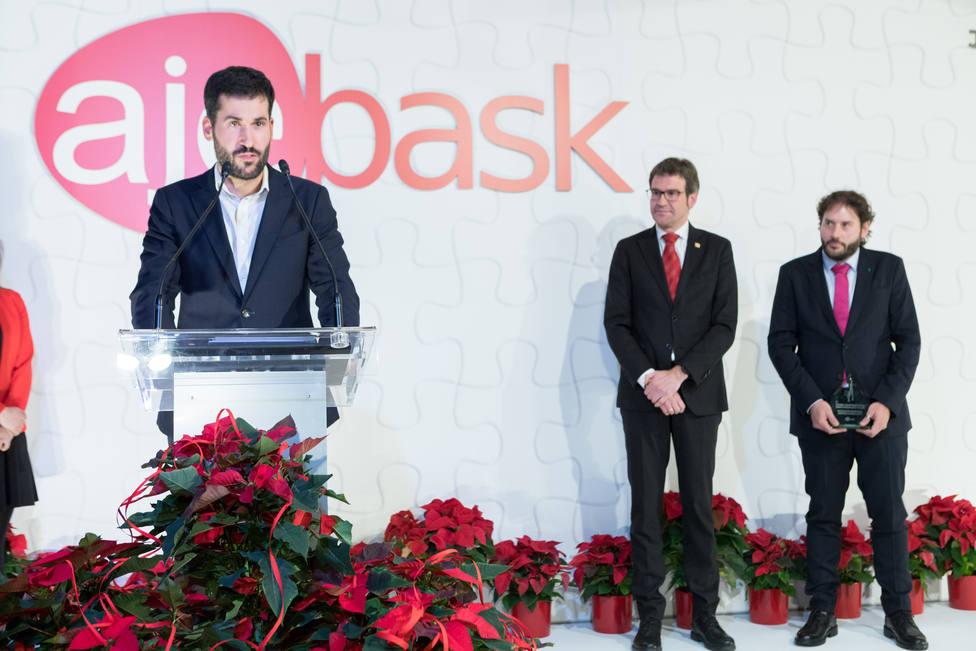 Ibai Madaria y Mikel Gutiérrez, socios de Inprotop Ingeniería S.L., junto al alcalde de Vitoria-Gasteiz
