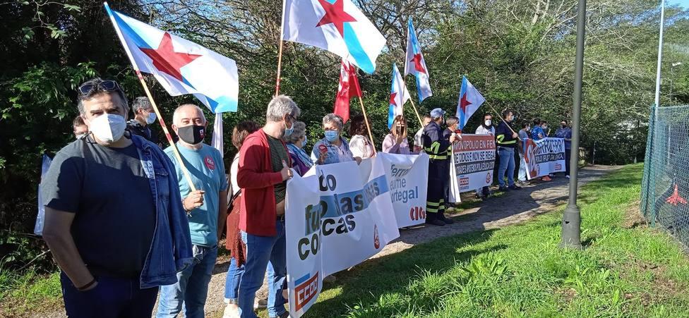 Concentración de delegados sindicales a las puertas del CIS Galicia en A Cabana - FOTO: Cedida