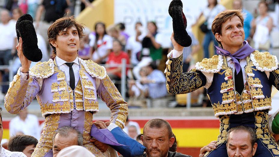 Andrés Roca Rey y El Juli en su salida a hombros este jueves en Palencia