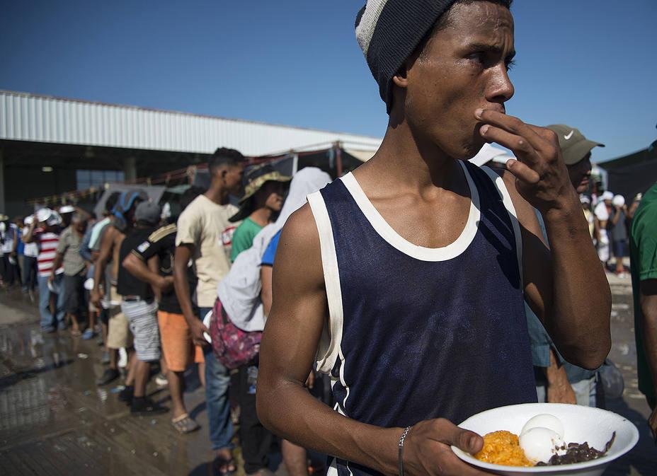 Migrantes recobran fuerzas mientras esperan ayuda del Gobierno mexicano