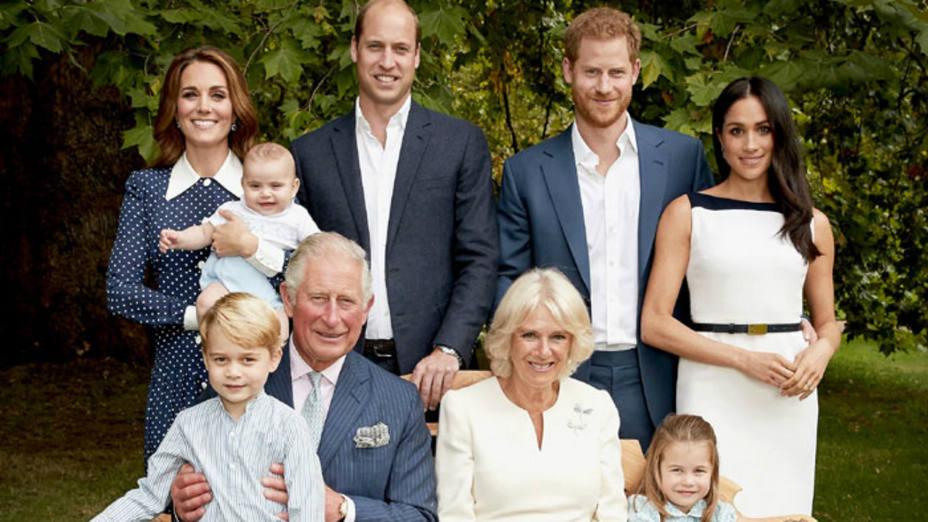 Posado oficial del principe Carlos de Inglaterra junto a su famlia el día de su cumpleaños