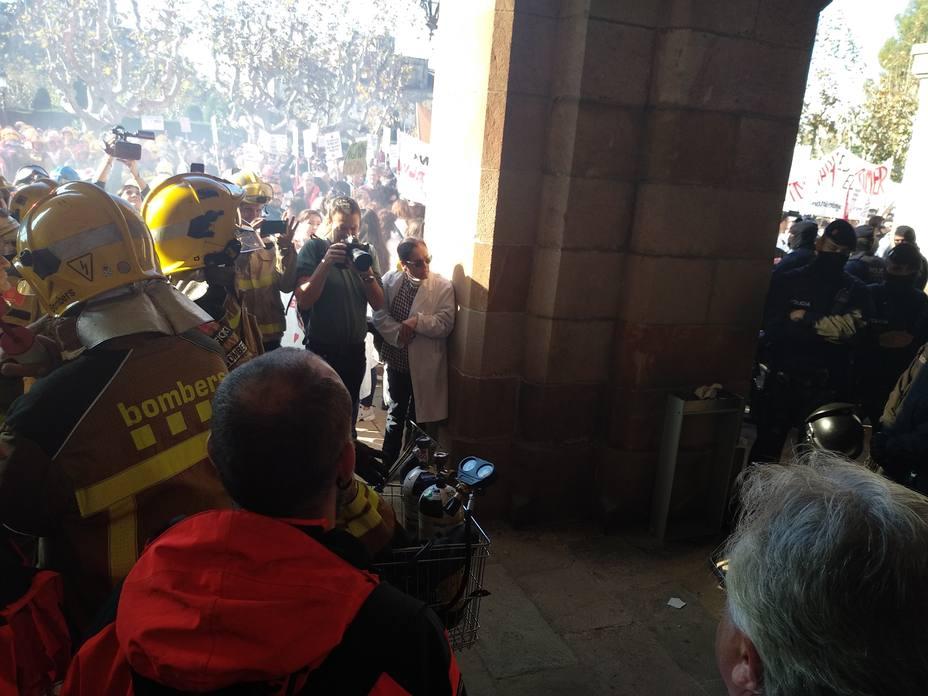 Los Mossos cierran las puertas del Parlament y cargan contra bomberos que protestaban juntos a médicos