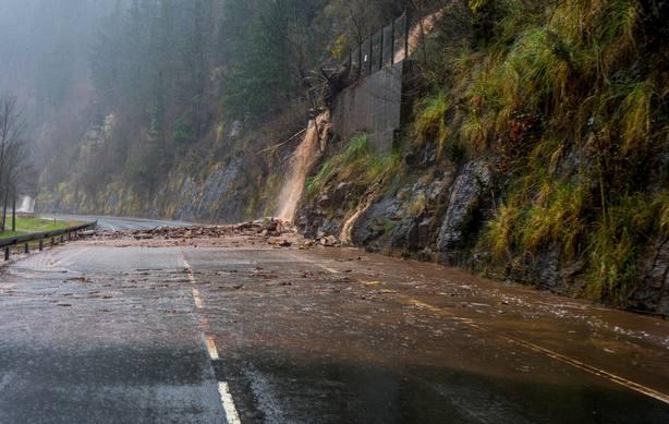 Desprendimientos y desborde de ríos cortan líneas ferroviarias en Cantabria