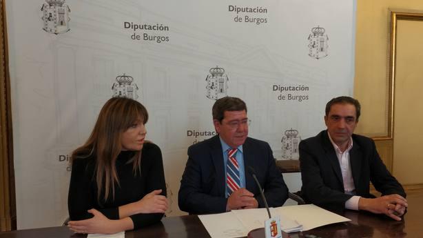 El presidente de la Diputación de Burgos, César Rico (centro), da cuenta de convenio con ACUAES