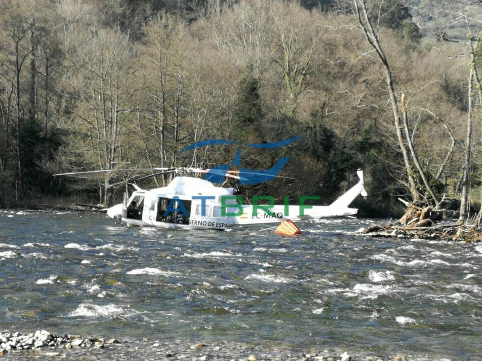 Un helicóptero acaba en el río Narcea cuando sofocaba un incendio forestal en Asturias