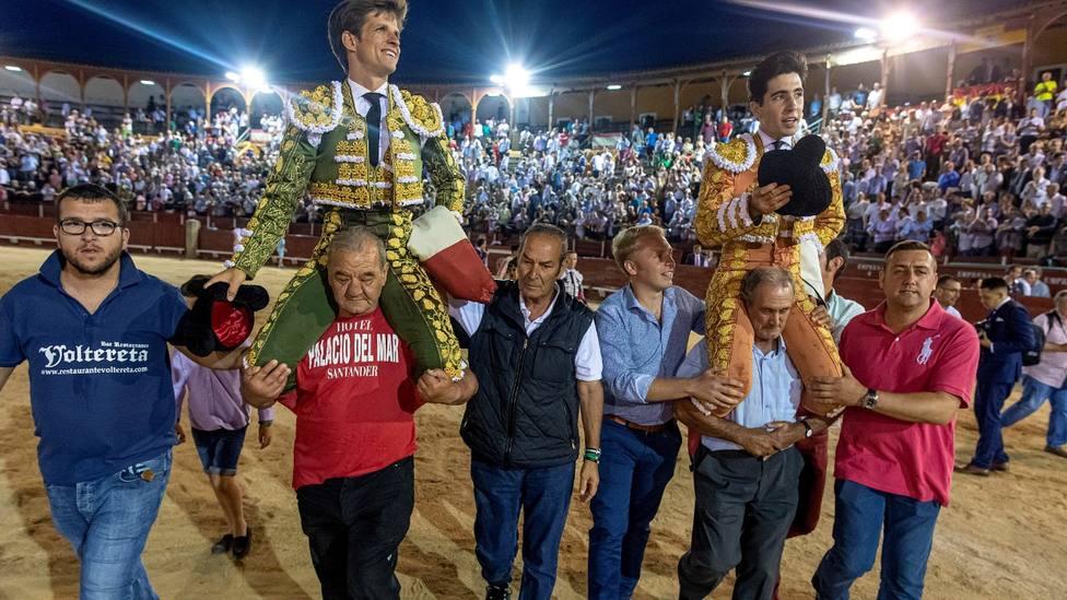 El Juli y Álvaro Lorenzo en su salida a hombros este jueves en la Corrida del Corpus de Toledo