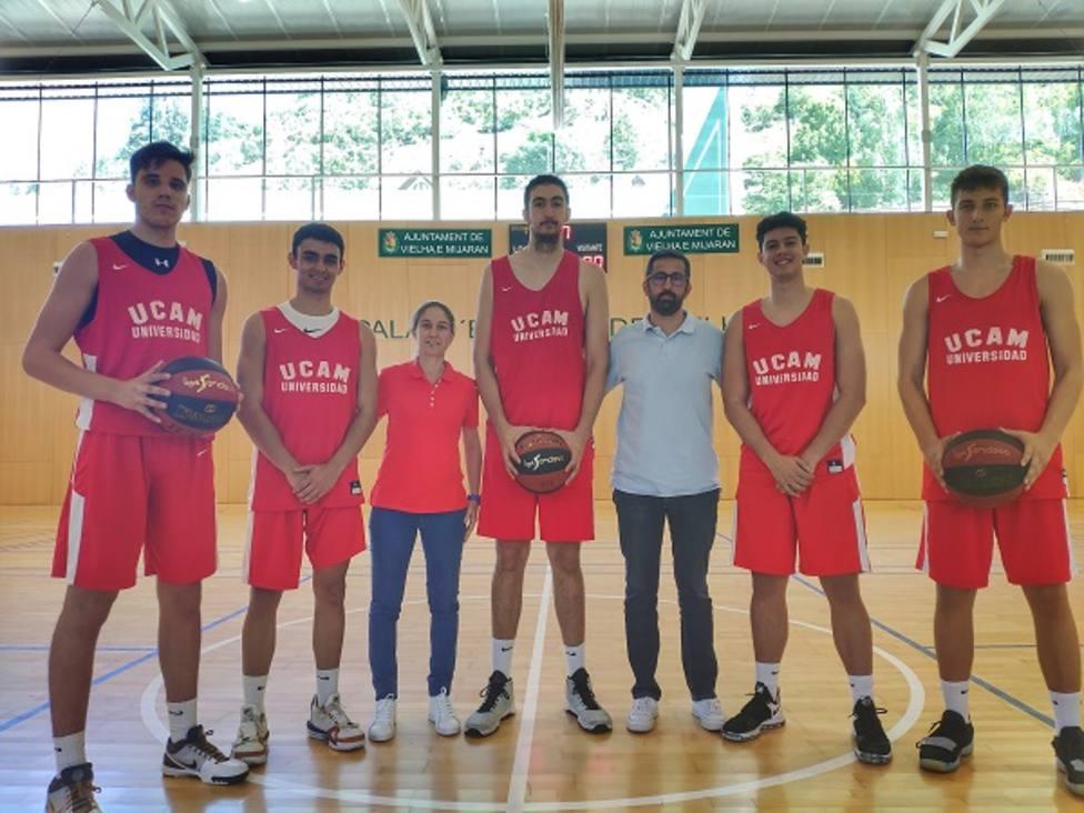 El director de cantera de UCAM Murcia CB visita la concentración del equipo en Viella