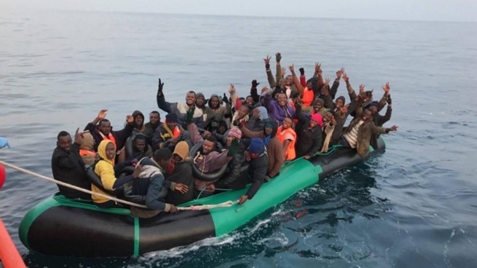 Trasladan a Almería a 76 inmigrantes rescatados de una patera en Alborán