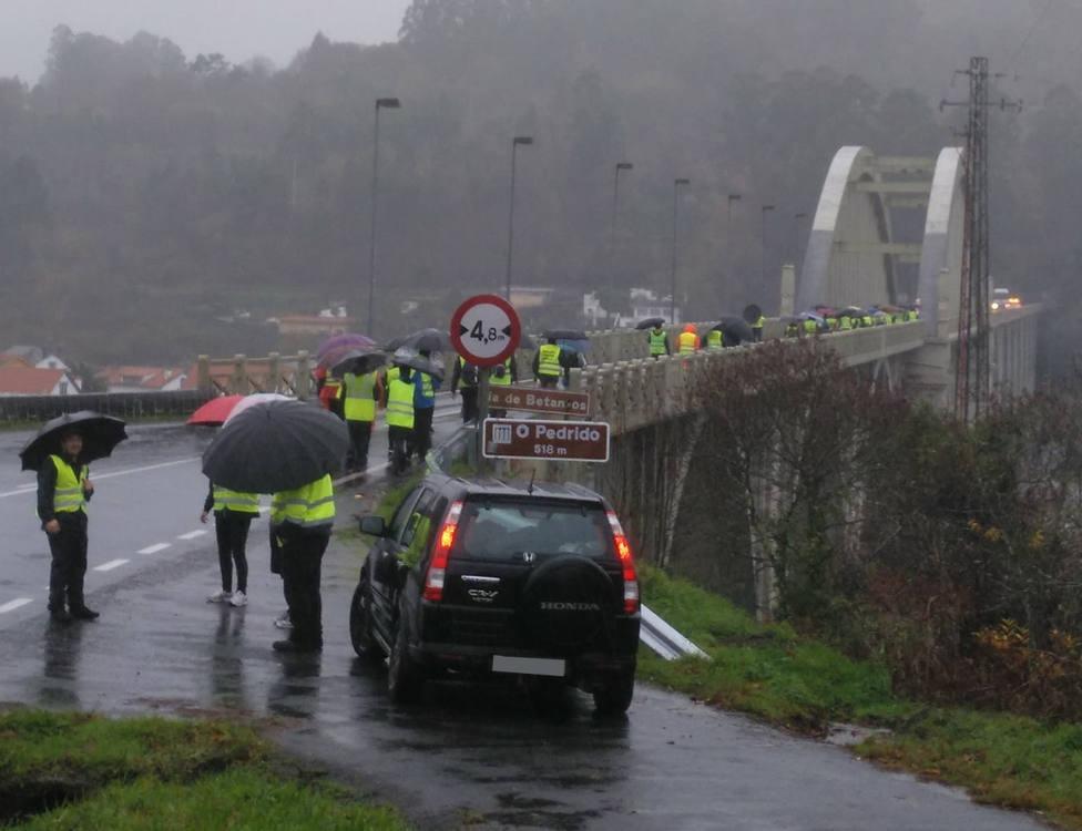 Los participantes a su paso por el puente de O Pedrido