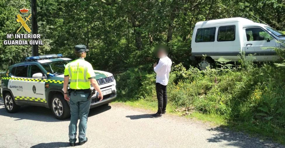 Imagen de la furgoneta que conducía el joven y con la que terminó chocando contra un muro