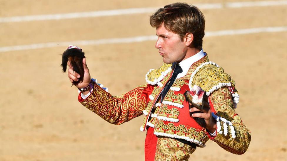 Juan Leal con dos de las cuatro orejas obtenidas este lunes en Astorga