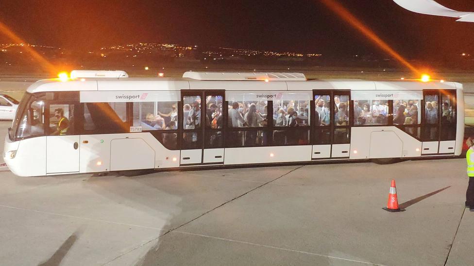 Aglomeraciones en un autobús y sin ningún control a unos pasajeros del aeropuerto de Alicante