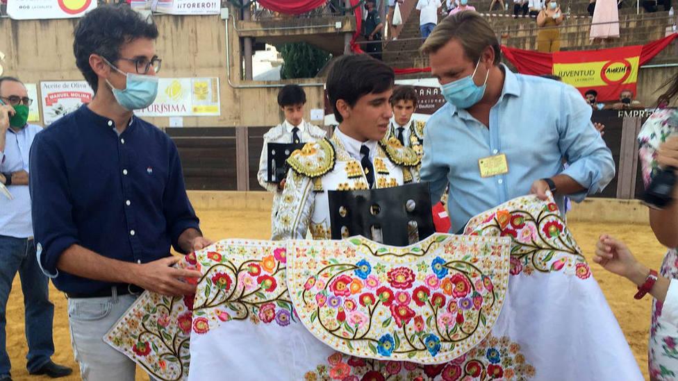 Marcos Linares recibiendo los premios como ganador del Ciclo de Novilladas de las Escuelas Andaluzas