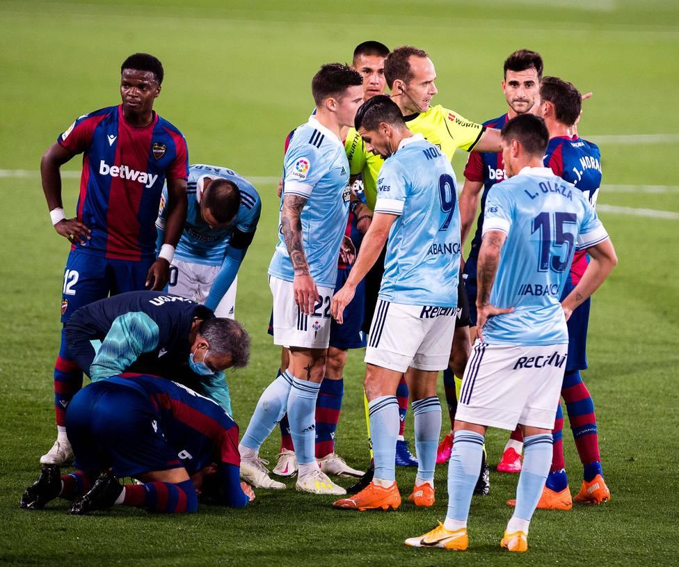 El colegiado Melero López, rodeado de jugadores del Levante UD y del Celta de Vigo