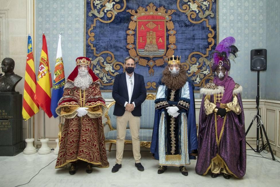 Los Reyes Magos en el Ayuntamiento de Alicante junto al concejal de Fiestas