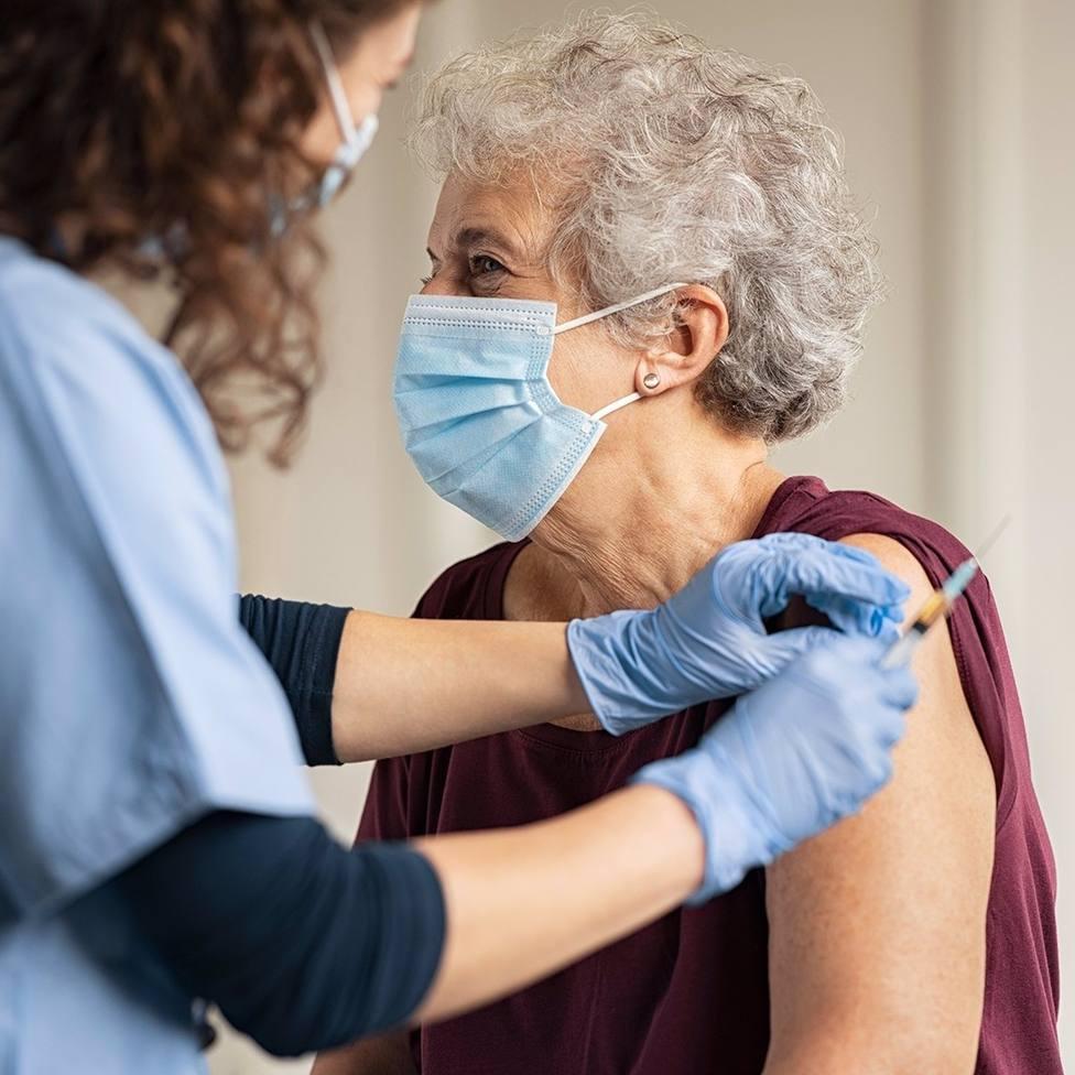 Una mujer se vacuna contra el COVID