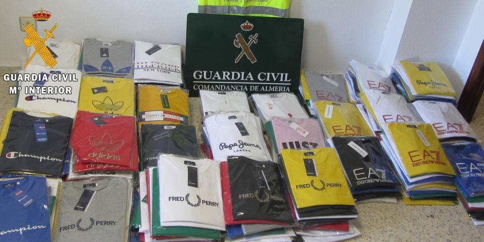 Investigan en El Ejido a un hombre por vender prendas falsificadas con el logotipo de conocidas marcas