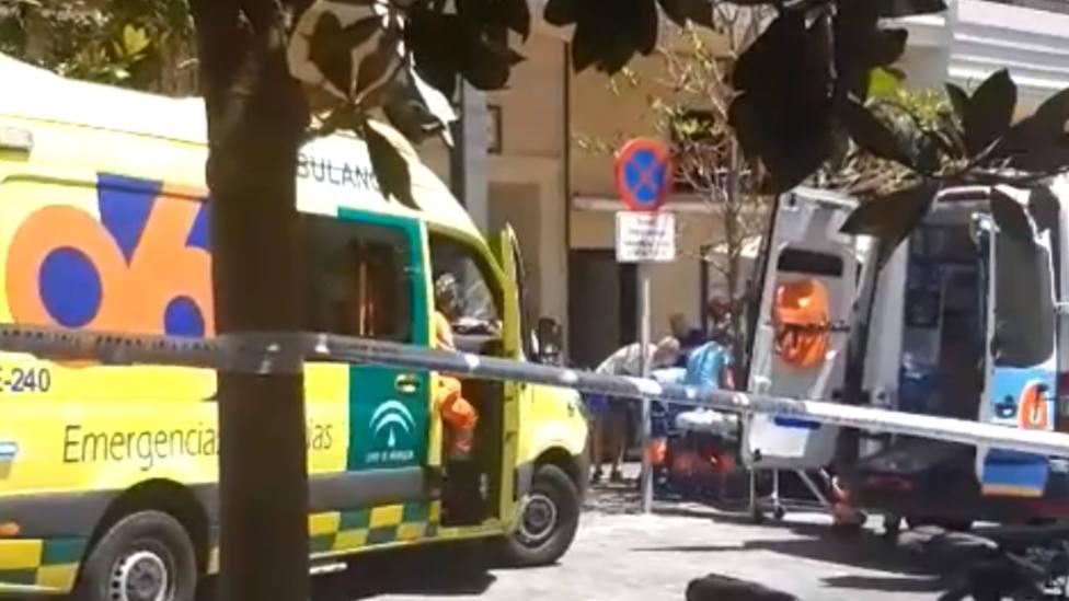 Un conductor atropella a varias personas en una terraza en Marbella