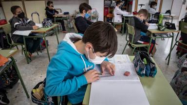 Escolares valencianos escriben poemas a sus abuelos para recordarles lo importantes que son para ellos