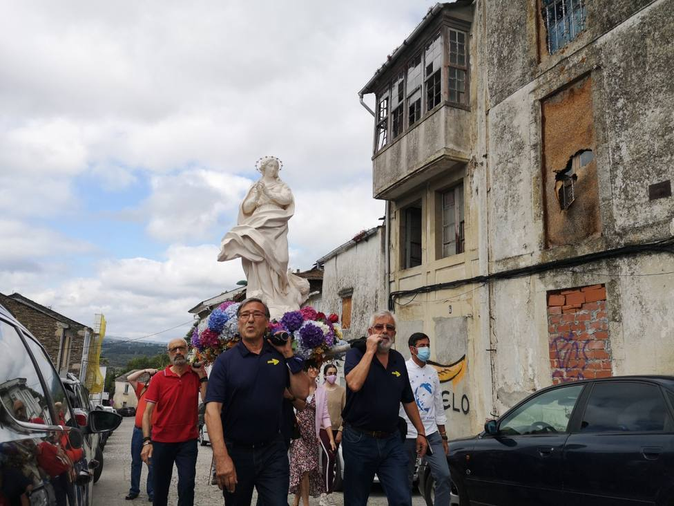 La imagen de la Virgen entra en la Capela do Carme