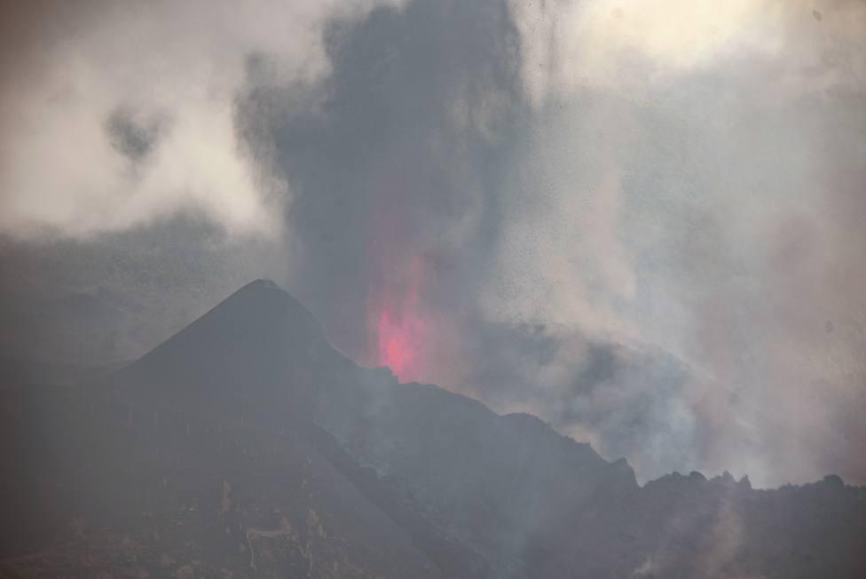 El PEVOLCA pide calma a la población y asegura que el volcán de La Palma actúa como una típica erupción